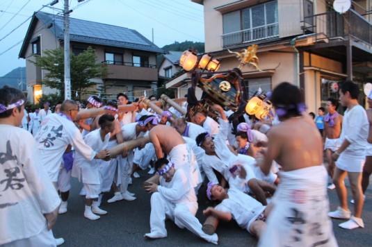 牛倉神社例大祭 入谷神輿 倒れる