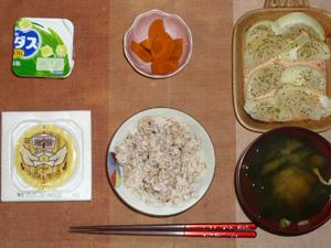 胚芽押麦入り五穀米,納豆,玉葱のオーブン焼き,人参の煮物,ほうれん草とワカメのおみそ汁,ヨーグルト