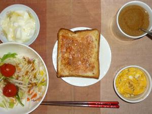 イチゴジャムトースト,サラダ(キャベツ、大根、水菜、トマト)スクランブルエッグ,オリゴ糖入りヨーグルト,コーヒー