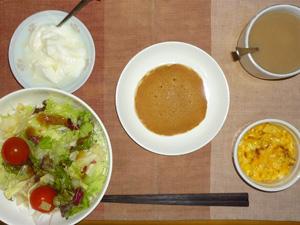 パンケーキ(餡子バター入り),サラダ(キャベツ、レタス、トマト),玉葱入りスクランブルエッグ,オリゴ糖入りヨーグルト,コーヒー