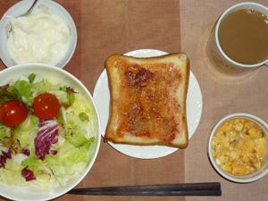 イチゴジャムトースト,サラダ(キャベツ、レタス、トマト),玉葱入りスクランブルエッグ,オリゴ糖入りヨーグルト,コーヒー