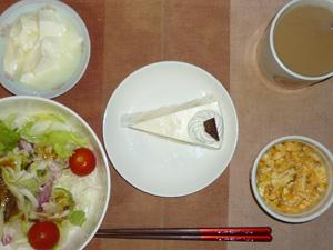 レアチーズケーキ,サラダ(キャベツ、レタス、トマト),玉葱入りスクランブルエッグ,オリゴ糖入りヨーグルト,コーヒー