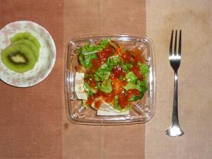 サラダパスタ(レタス、人参、トマトソース,ほうれん草のパスタ),キウイフルーツ