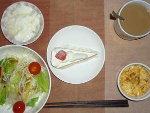 ショートケーキ,サラダ(キャベツ、大根、レタス、トマト),玉葱入りスクランブルエッグ,オリゴ糖入りヨーグルト,コーヒー