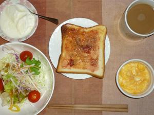 イチゴジャムトースト,サラダ(キャベツ、水菜、大根、トマト),豆乳入りスクランブルエッグ,オリゴ糖入りヨーグルト,コーヒー