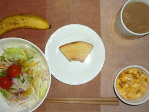 バウムクーヘン,サラダ(キャベツ、レタス、大根、トマト),玉葱入りスクランブルエッグ,バナナ,コーヒー
