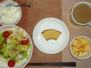 バウムクーヘン,サラダ(キャベツ、レタス、トマト),玉葱入りスクランブルエッグ,オリゴ糖入りヨーグルト,コーヒー