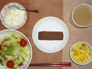 チョコブラウニー,サラダ(キャベツ、レタス、玉葱、トマト),玉葱入りスクランブルエッグ,オリゴ糖入りヨーグルト