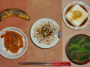 胚芽押麦入り五穀米,かつおのふりかけ,人参の肉味噌,豆腐の温奴,ほうれん草のおみそ汁,バナナ