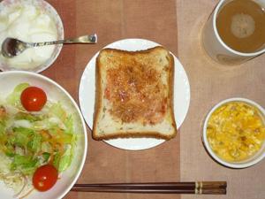 イチゴジャムトースト,サラダ(キャベツ、レタス、トマト),大豆ひき肉入りスクランブルエッグ,オリゴ糖入りヨーグルト,コーヒー