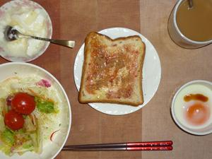 イチゴジャムトースト,サラダ(キャベツ、レタス、トマト),目玉焼き,オリゴ糖入りヨーグルト,コーヒー