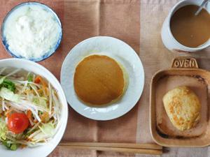 パンケーキ(マーガリン、粒あん)サラダ(キャベツ、大根、レタス、トマト),豆腐バーグ,オリゴ糖入りヨーグルト,コーヒー