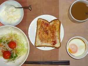 イチゴジャムトースト,サラダ(キャベツ、水菜、大根、トマト),目玉焼き,オリゴ糖入りヨーグルト,コーヒー