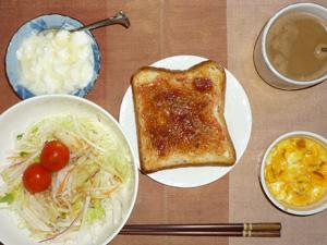 イチゴジャムトースト,サラダ(キャベツ、大根、トマト),玉葱入りスクランブルエッグ,オリゴ糖入りヨーグルト,コーヒー