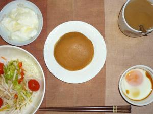 パンケーキ(塩キャラメル),サラダ(キャベツ、水菜、大根、トマト),目玉焼き,オリゴ糖入りヨーグルト,コーヒー
