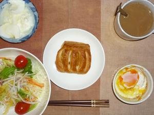 アップルパイ,サラダ,目玉焼き,オリゴ糖入りヨーグルト,コーヒー
