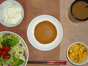 パンケーキ(塩キャラメル),サラダ(キャベツ、レタス、トマト),玉葱入りスクランブルエッグ,オリゴ糖入りヨーグルト,コーヒー