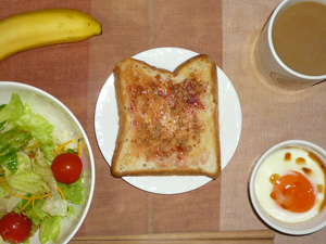 イチゴジャムトースト,サラダ(キャベツ、レタス、カボチャ、トマト),目玉焼き,バナナ,コーヒー