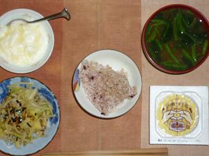 胚芽押麦入り五穀米,納豆,キャベツともやしの炒め物,ほうれん草のお味噌汁,ヨーグルト