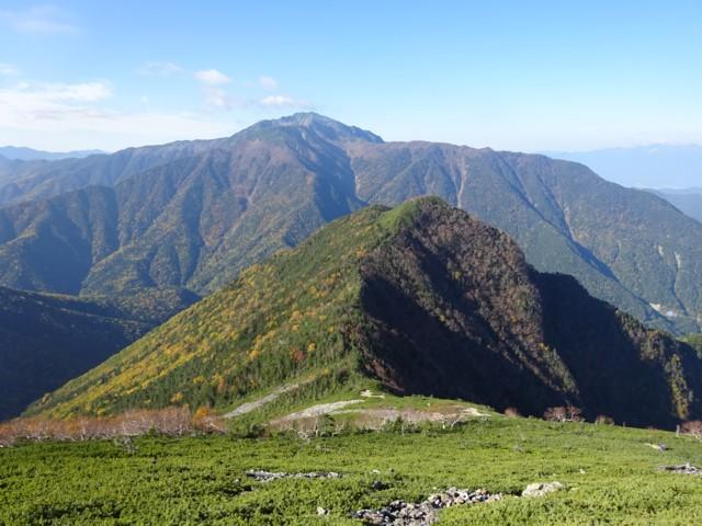 10月4日 手前が双児山.奥が仙丈ケ岳.