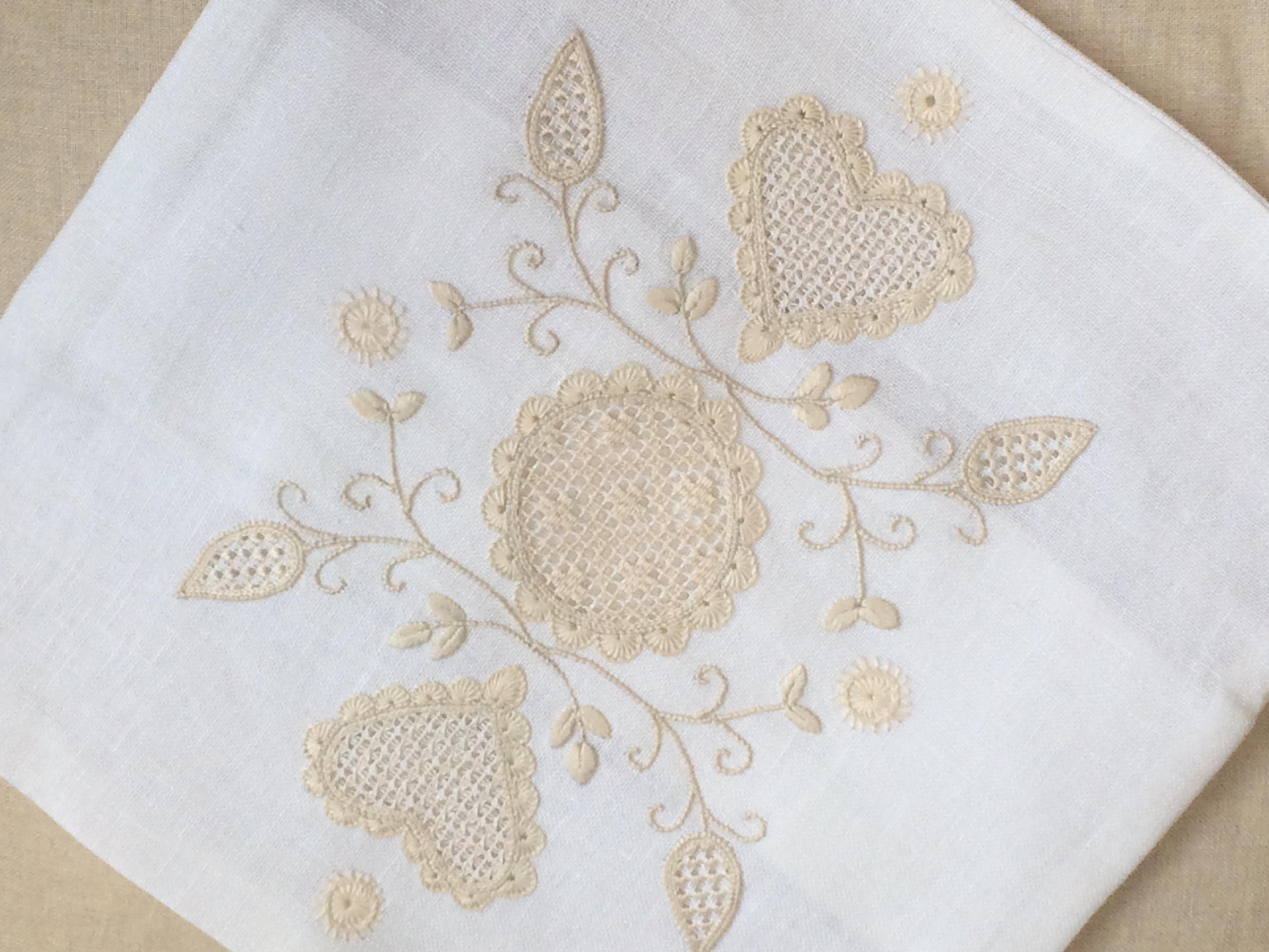 シュヴァルム刺繍のクッションカバー