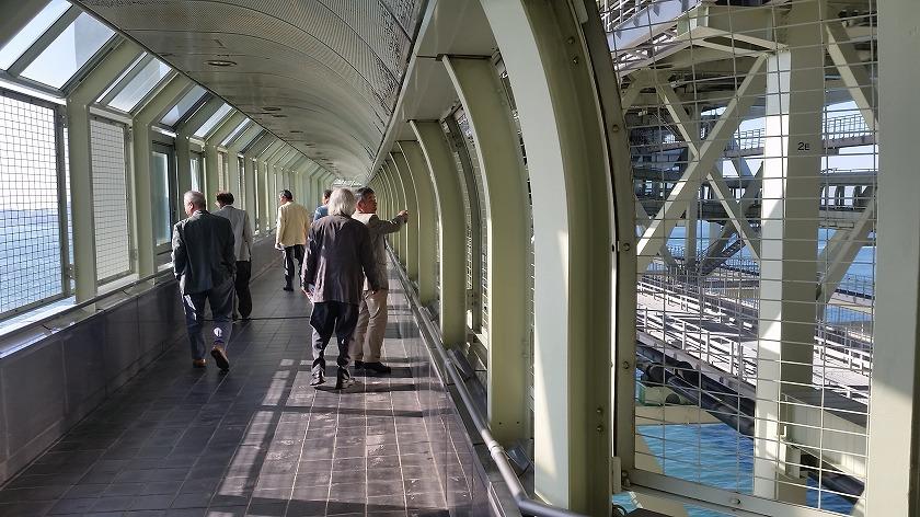 橋の中空を歩く