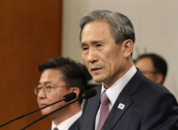 20150825 記者会見する韓国の金寛鎮大統領府国家安保室長