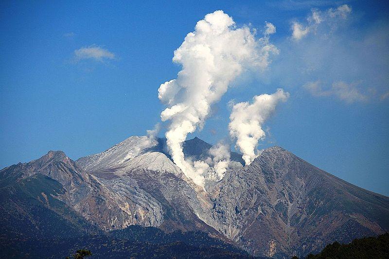 今月27日で「御嶽山噴火」から1年…致命的な噴石(こぶし大)が1平方メートルに10~20個降り注いでいた事が判明