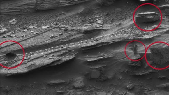 【NASA】火星探査機キュリオシティが撮影…火星を歩く女性のような人影が映る