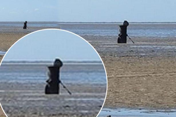 イギリスの海岸に「死神」が現れる...正体不明