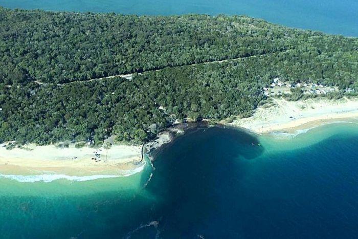 オーストラリアのビーチに巨大なシンクホール…海岸の砂浜が陥没