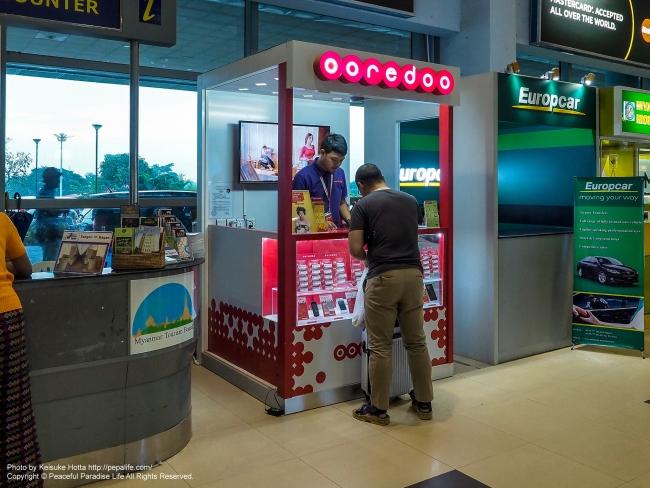 ミャンマーのヤンゴン国際空港のOoredooの販売ブース(カウンター)