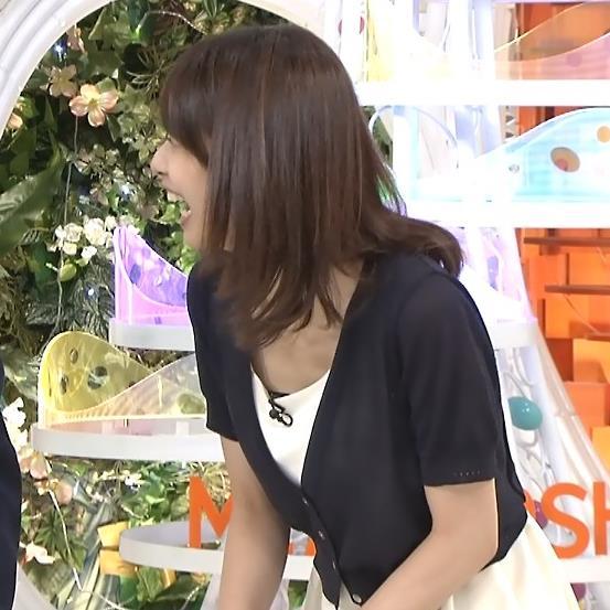 加藤綾子 胸元が緩い服で前かがみ
