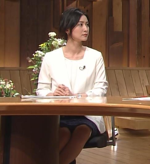 小川彩佳 たまにパンチラ狙いの角度で撮られているキャプ画像(エロ・アイコラ画像)