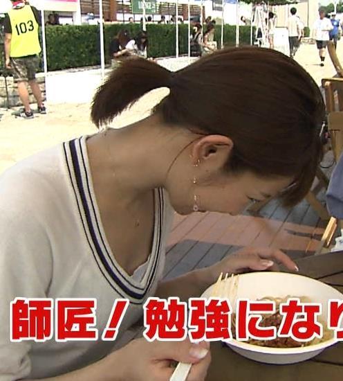 長野美郷 前かがみ胸チラキャプ画像(エロ・アイコラ画像)