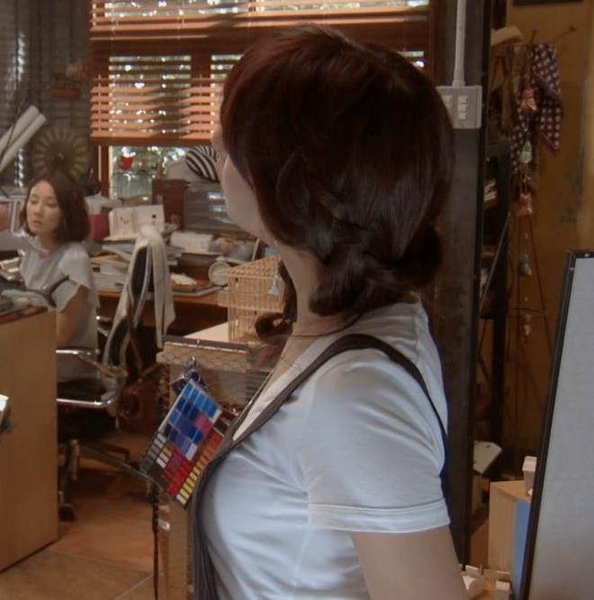 山本美月 Tシャツ横乳がエロいキャプ画像(エロ・アイコラ画像)