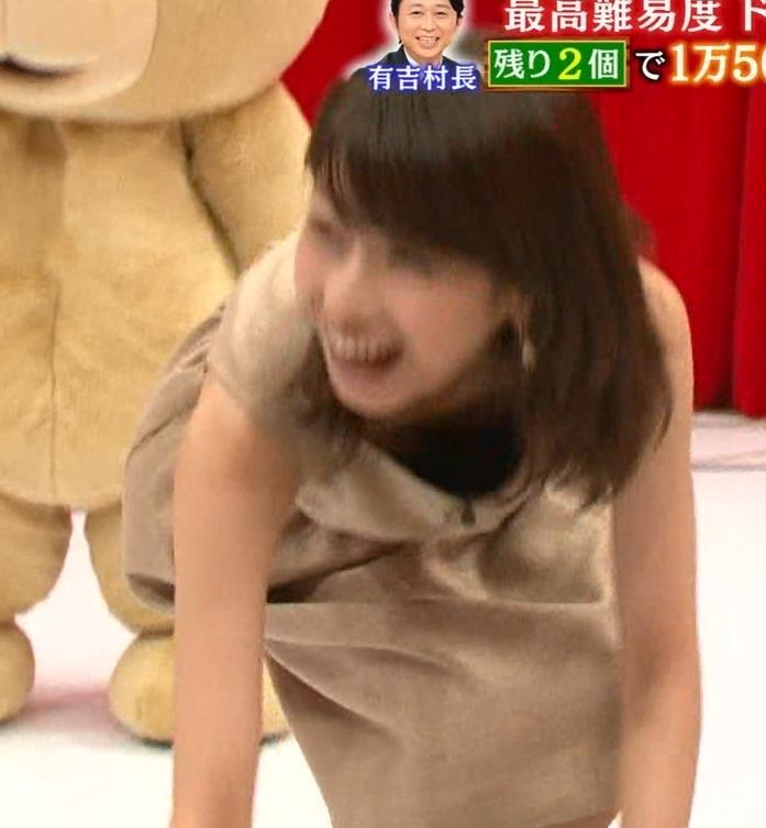 加藤綾子 前かがみ谷間で胸元があらわに!