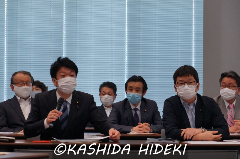 議員懇談会メンバー。左端でマイクをもつのが石川議員。