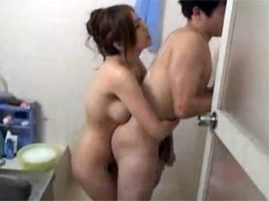 甥っ子をお風呂に招きいれてオッパイで身体を洗ってあげる巨乳痴熟女 椎名ゆな