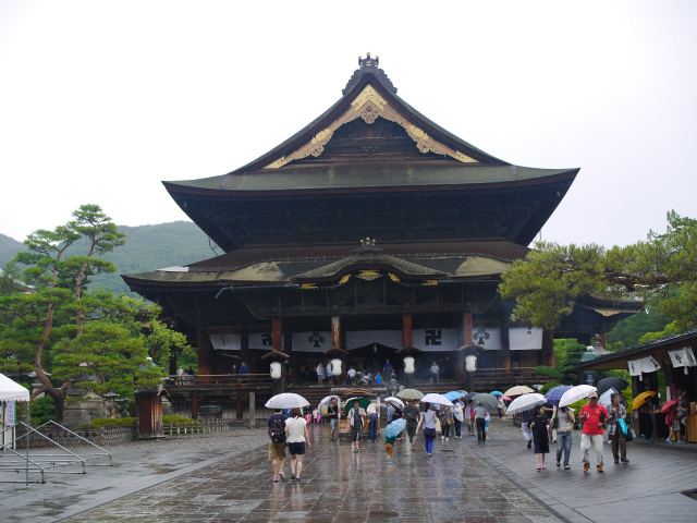 雨に煙る信州善光寺