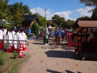 子ども達によります巫女舞と神輿が祭りを