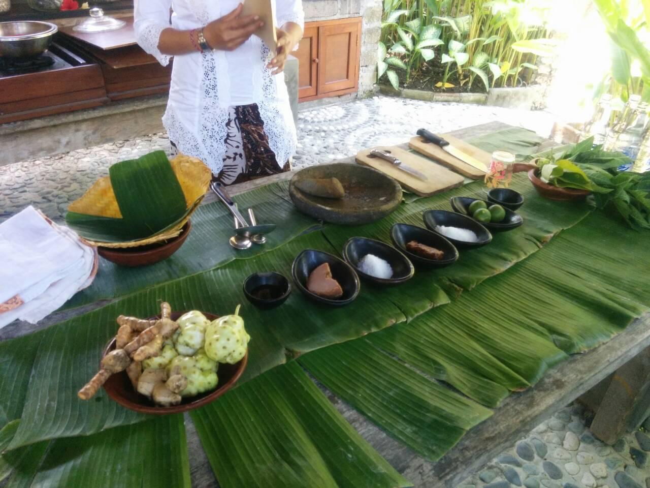 バナナの葉の上にJamu材料